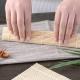 rolovací podložka na sushi s vařečkou