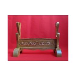 stojan pro meče - dvoupatrový, zdobený z přírodního masivu (lakovaný)
